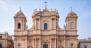 Al rallentatore della cattedrale barrocco siciliana dell'Unesco di Noto con molti turisti, Italia video d archivio