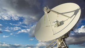 Al rallentatore di singolo piatto di osservatorio molto grande della radio di matrice stock footage