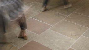 Al rallentatore di traffico di piede - membri ad una conferenza archivi video