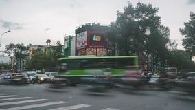 Al rallentatore di una strada trasversale occupata nella città Ho Chi Minh nel Vietnam Lotti di traffico che guidano vicino archivi video