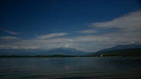 Al rallentatore sul lago della montagna archivi video
