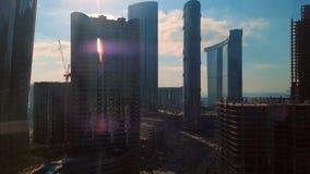 Al Reem海岛太阳顶面空中时间间隔视图和天空塔和地标在阿布扎比市,阿拉伯联合酋长国 股票录像