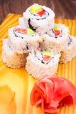 Al revés rollo de sushi con los salmones y el aguacate Fotos de archivo