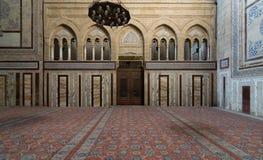 Al Rifaii清真寺皇家清真寺内部有大铁枝形吊灯、装饰的大理石墙壁和华丽木门的 免版税库存图片