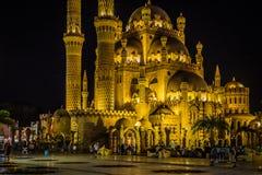 Al Sahaba Mosque en Sharm el Sheikh en la noche foto de archivo