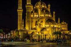 Al Sahaba Mosque i Sharm el Sheikh på natten arkivfoto