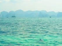 Al sole della spiaggia, bello paesaggio alla spiaggia, Krabi Tailandia Fotografia Stock