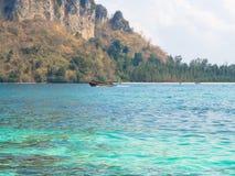 Al sole della spiaggia, bello paesaggio alla spiaggia, Krabi Tailandia Immagine Stock