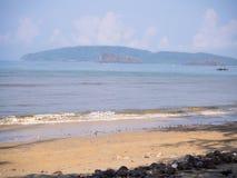 Al sole della spiaggia, bello paesaggio alla spiaggia, Krabi Tailandia Fotografie Stock Libere da Diritti