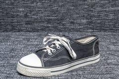 Al Star Shoes è esposto su un fondo del tessuto immagini stock