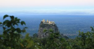 Al sudoeste del soporte Popa es colina del pedestal de Taung Kalat almacen de metraje de vídeo