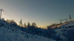 Al tramonto nell'inverno, nel burrone e nella ferrovia fotografia stock