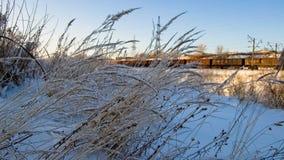 Al tramonto nell'inverno, nel burrone e nella ferrovia immagini stock