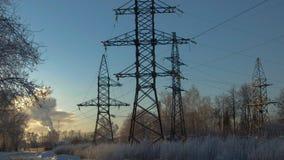 Al tramonto nell'inverno, supporto ad alta tensione immagine stock libera da diritti