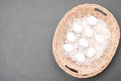 Al uw eieren in een mand Stock Afbeeldingen