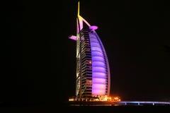 Al van Burj Arabisch hotel bij nacht Stock Foto's