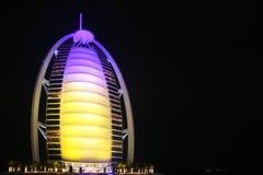 Al van Burj Arabisch hotel bij nacht Stock Afbeeldingen