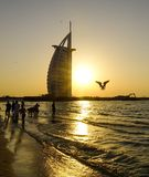 Al van Burj Arabisch hotel bij zonsondergang stock afbeelding
