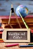 Al van tekstvuelta cole, terug naar school in het Spaans Stock Foto
