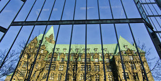 Ala ad ovest delle costruzioni del Parlamento riflesse Fotografia Stock Libera da Diritti