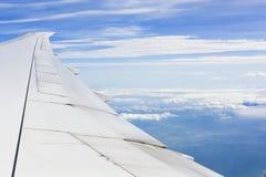 Ala de aviones en cloudscape y el cielo azul Imagen de archivo libre de regalías