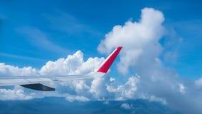 Ala de aviones en el cielo azul y las nubes en naturaleza Fotos de archivo libres de regalías