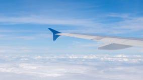 Ala de aviones en el cielo azul y las nubes en naturaleza Foto de archivo