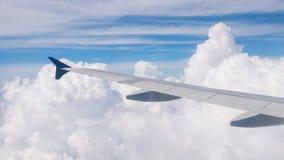 Ala de aviones en el cielo azul y las nubes en naturaleza Imagen de archivo libre de regalías