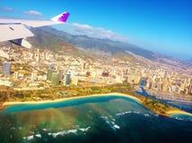 Ala de Hawaiian Airlines del avión sobre Honolulu imagenes de archivo