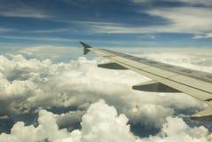 Ala de la línea aérea sobre las nubes Fotos de archivo libres de regalías