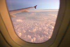 Ala de la línea aérea sobre las nubes Imagen de archivo