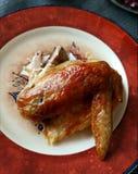 Ala de pollo con la ensalada vegetal, desayuno delicioso, almuerzo, cena Fotos de archivo libres de regalías