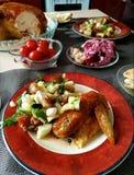 Ala de pollo con la ensalada vegetal, desayuno delicioso, almuerzo, cena Imagen de archivo