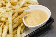 Ala de pollo curruscante con las patatas fritas Imagen de archivo