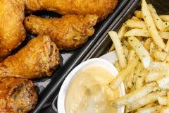 Ala de pollo curruscante con las patatas fritas Imagenes de archivo
