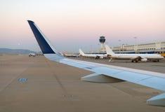 Ala de un aeroplano Fotografía de archivo libre de regalías