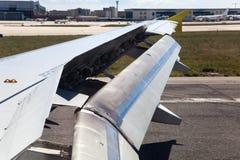 Ala de un aeroplano con las aletas de aterrizaje imágenes de archivo libres de regalías