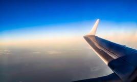Ala de un aeroplano en un cielo azul Imagen de archivo libre de regalías
