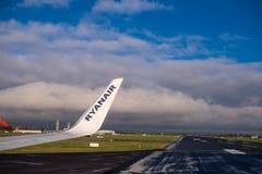 Ala de un aeroplano de Rayanair en el aeropuerto de Dublín fotos de archivo libres de regalías