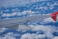 Ala de un avión contra el cielo azul Foto de archivo