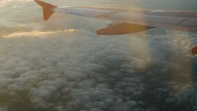 Ala de un avión de pasajeros que vuela arriba en el cielo metrajes