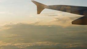 Ala de un avión de pasajeros que vuela arriba en el cielo almacen de metraje de vídeo