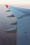 Ala de un vuelo del aeroplano fotografía de archivo