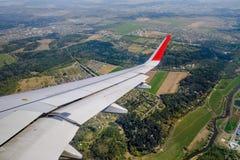 Ala de un vuelo del aeroplano imagen de archivo