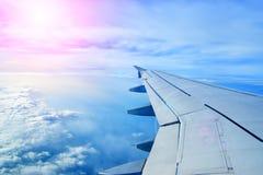 Ala de un vuelo del aeroplano sobre las nubes Imagen de archivo libre de regalías
