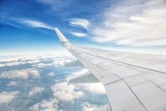 Ala de un vuelo del aeroplano sobre las nubes Fotografía de archivo