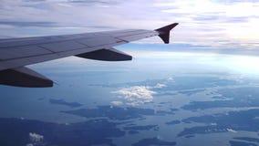 Ala de un vuelo del aeroplano sobre las nubes con el cielo de la puesta del sol Aviones Cámara lenta 3840x2160 almacen de video