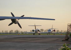 Ala del aeroplano con el propulsor y dos aviones de jet privado Fotos de archivo