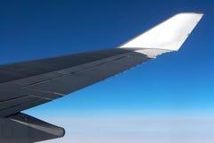 Ala del aeroplano con la aletilla en blanco Imagenes de archivo
