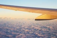 Ala del aeroplano con la vista de las nubes Fotos de archivo libres de regalías